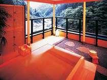 特別室には源泉100%かけ流しの露天風呂が備わっている