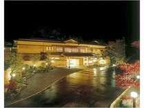 夕闇に美しく佇む高級感漂う日本旅館