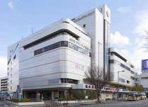 ブランドショップも出店の百貨店や1000台収容の駐車場を併設した複合ビル内にあります。