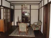 英国本場のアンティーク家具が純和風白壁の内装と絶妙にマッチしたロビーでチェックイン。