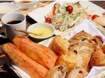 ご朝食デリバリーサービス(写真のパンとサラダは2名様分です。内容は日により異なります)