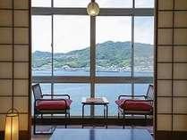 落ち着いた畳の客室からは、福良湾を独り占め