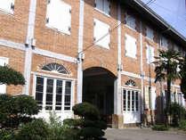 写真提供 富岡市 世界遺産の富岡製糸場までは車で約90分