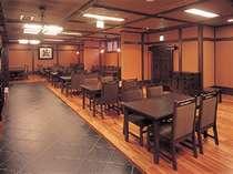 【施設】お食事は、料亭『蔵』にて 写真はテーブル席。座敷の場合もあります