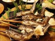 【夕食】「森の香りをお楽しみ下さい!」本陣名物 ニジマスの杉香り焼き