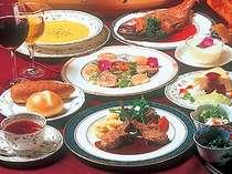 オーナーシェフ自慢の本格欧風フルコース。好評の金目鯛料理は2名で丸々1尾!