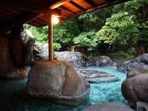 ■「宝樹の湯」天然の巨大岩を配した、野趣あふれる造りです