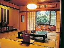 箱根の清流、須雲川に面した和室。広さと趣きがそれぞれ。箱根連山のひとつ湯坂山はどちらの客室からも。