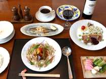 夕食のフルコース。冬季は自家製野沢菜(おかわりOK!)が人気。