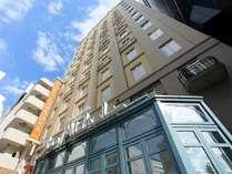 路地にたたずむパリのアパルトマンを思わせるホテル