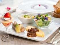 オリジナルセットメニューの朝食。毎月、旬の食材でお作りするお料理は季節感を大切にしております。