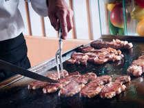 夕食会場では牛肉の鉄板焼きが食べ放題♪※写真はイメージです