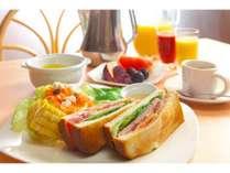 とある日の朝食 贅沢BLTサンドの古き良き軽井沢風モーニングプレート