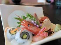 魚種を厳選し、富山湾の旬を盛り付けます。