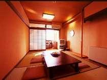全室オーシャンビューのお部屋からは、橘湾に沈む夕陽が望める。