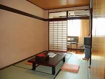 くつろぎのひとときを過ごす和室。橘湾が望める。