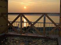 屋上の貸切露天風呂から眺める夕日
