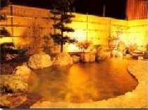 広々とした大浴場の露天風呂を灯りが照らす。