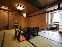 くつろぎのひとときを過ごす広々とした和室。