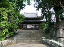 伝明寺小浜の湯が治療に効果があることを広く世に知らせた医師入徳をたたえ、入徳師翁碑がある。