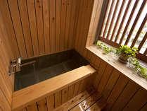 半露天風呂。橘湾が望める。