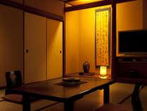 半露天風呂付客室。広々とした和室で、ゆっくり寛ぐ。