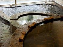 かけ流しのお湯があふれる大浴場。