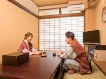 【部屋】落ち着いた雰囲気の和室でお寛ぎ下さいませ。