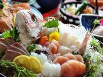 【夕食】海辺の宿ならではの新鮮な魚をお愉しみください/例