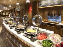 ◆ガレリアカフェの朝食◆(イメージ)朝の光が差し込む中で和洋さまざまなブッフェを!