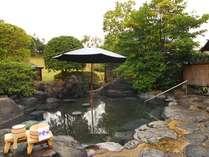 庭園露店風呂[堀の湯] 広大な日本庭園を眺めながら、ゆっくりご入浴いただけます。