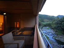 四季折々の音信川の流れを近くに感じる客室露天風呂/プレミアムスイート
