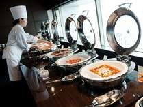 朝食バイキングは地元の食材で作られた出来たての料理が次々と並べられます
