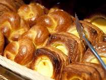 朝食はベーカリーで毎日焼き上げる香り高いブレッドが大変好評です。