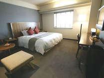 【エグゼクティブダブル】快適な寝心地のシモンズ製キングサイズベッドを完備。