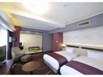 35平米の洋室と17平米の和室がコラボレーション。布団3組とベッド2台で5名様まで宿泊いただけます。