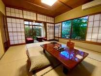 離れ風客室「別荘」。2面に坪庭があり静かな和室10畳。