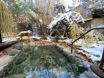 自慢のオーナー手製の100年風呂(男湯の露天風呂)。雑林の中の秘湯の雰囲気♪