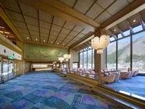 3階ロビーの大きな窓からは、鬼怒川の四季がお楽しみいただけます。