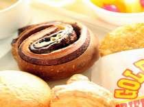 朝食は大好評の焼きたてパンを無料サービス♪