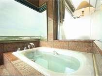 和洋室には専用の展望風呂が備えつけられている