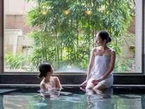 世界的アーティストが手掛けた庭園をのぞむ大浴場