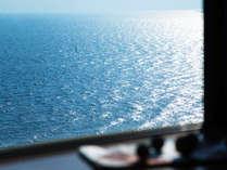 客室から見える紺碧の海。穏やかな波の音が、ガラス越しにも聞こえてきそうです