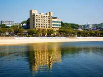 渚のリゾート≪竜宮ホテル≫晴れた日には、鏡のように景色が映るほど美しい海。ぜひ現地にてご堪能ください