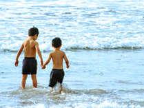 「いっしょに遊ぼう!」離れた土地の人達と、友達になれるのが、夏休みの旅の醍醐味♪