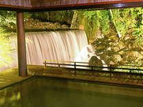 絶景露天風呂「滝見乃湯」。夜はライトアップして幻想的な雰囲気の中でご入浴いただけます。