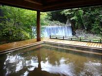 絶景露天風呂「滝見乃湯」。目の前を流れる温川(ぬるかわ)の滝と四季折々の風景をお楽しみ下さい。