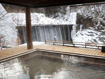 滝見乃湯:目の前を流れる温川(ぬるかわ)の滝を見ながら雪景色をお楽しみいただけます。