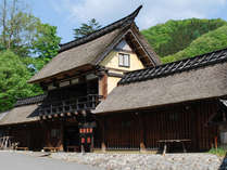 古材主柱に組み合わせて造られたかやぶきの郷の玄関口です。