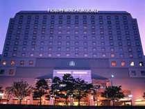 夕暮れどき。夕日を背にしたホテルはどこか幻想的。